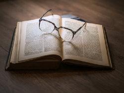 https://pixabay.com/de/wissen-buch-bibliothek-gl%C3%A4ser-1052010/; Quelle: pixabay.com - DariuszSankowski